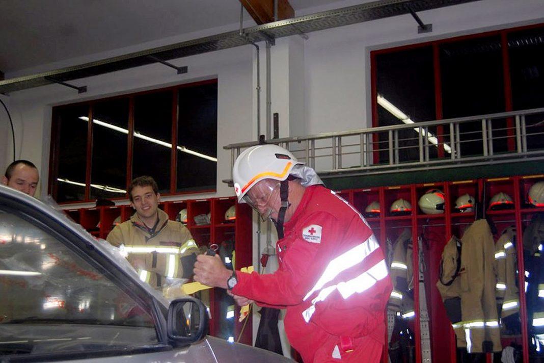 Übung mit dem Roten Kreuz Mötz - Verkehrsopfer mit Bergeschere geborgen, Foto: Markus Dullnig