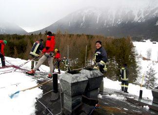 Hilfeleistung im Kaysers Barwies - Schneeräumen auf dem Hoteldach, Foto: Freiwillige Feuerwehr Mieming