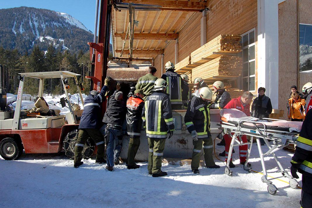 Eingeklemmte Person in Obsteig - Erstversorgung durch den Notarzt, Foto: Freiwillige Feuerwehr Mieming