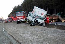 Schwerer Verkehrsunfall auf der B 189 - Eingeklemmter LKW-Fahrer Geborgen, Foto: Freiwillige Feuerwehr Mieming