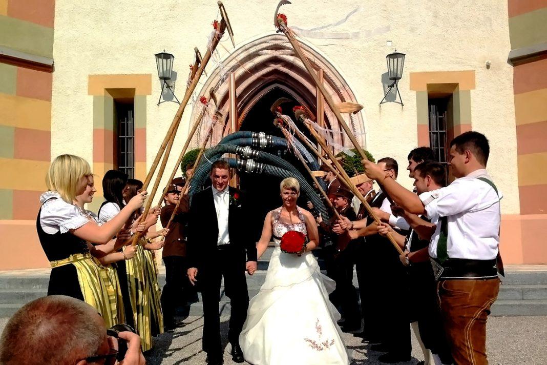 Die Feuerwehr gratuliert: Unser Kommandant Alex & Petra haben geheiratet, Foto: Freiwillige Feuerwehr Mieming