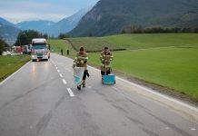 Mötzer Landstrasse Höhe Locherboden - Ölbinden nach Verkehrsunfall, Foto: Freiwillige Feuerwehr Mieming